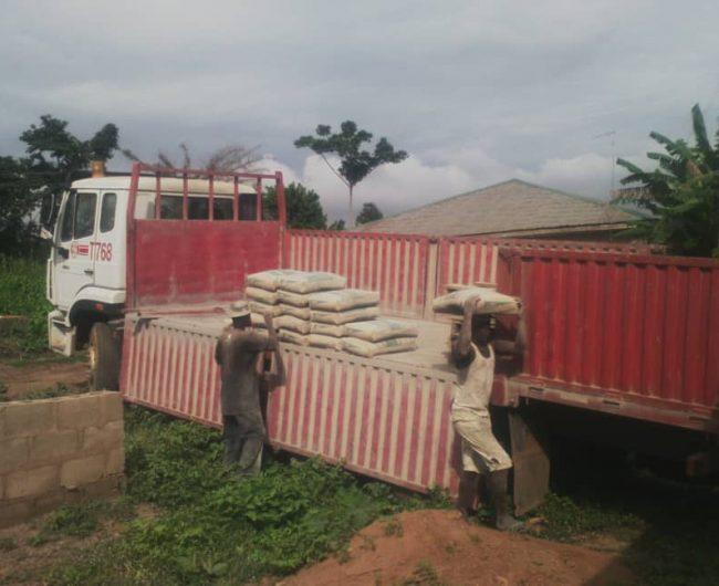 Zementlieferung zur Errichtung der Schutzmauer