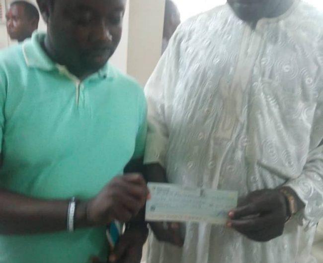 Checkübergabe zum Kauf des Landes durch den Vorstand der Ireti Ola Children's Foundation